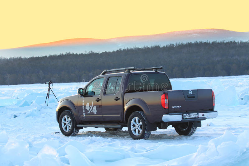 Bruin Nissan Navara op ijs van meer Baikal royalty-vrije stock foto's