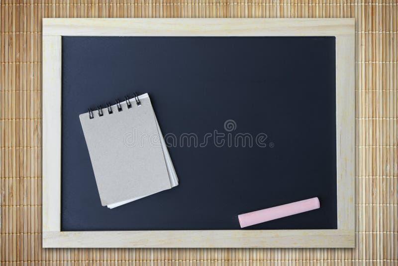 Bruin notadocument op bord voor textuur royalty-vrije stock afbeelding