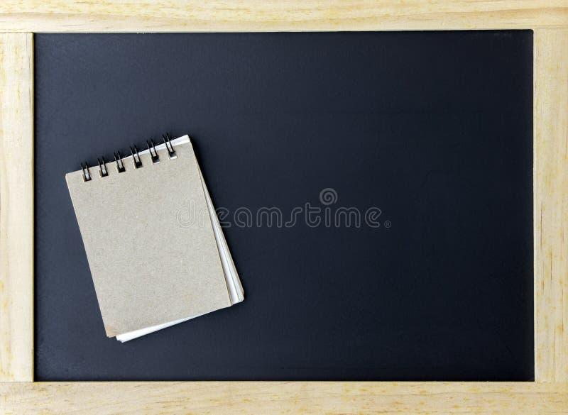 Bruin notadocument op bord voor textuur stock afbeeldingen