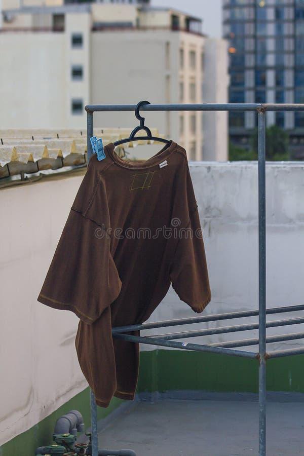 Bruin overhemd die openluchtkleren hangen royalty-vrije stock foto's