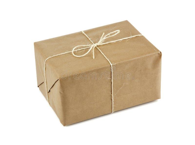 Bruin pakket dat met koord wordt verbonden dat op wit wordt geïsoleerde royalty-vrije stock afbeeldingen