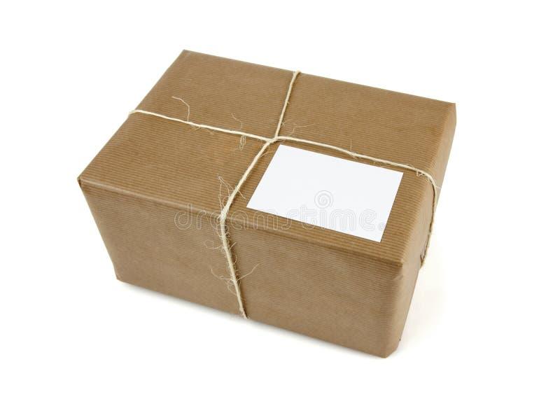 Bruin pakket verbindend met geïsoleerdo koord stock afbeeldingen