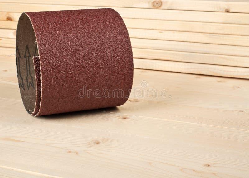 Bruin schuurpapier op houten planken stock afbeeldingen