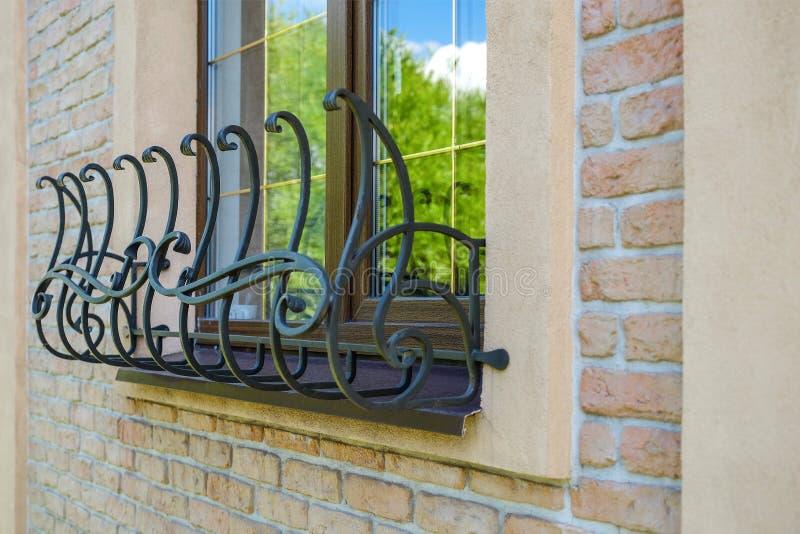 Bruin venster met gestileerd ijzernetwerk royalty-vrije stock afbeelding
