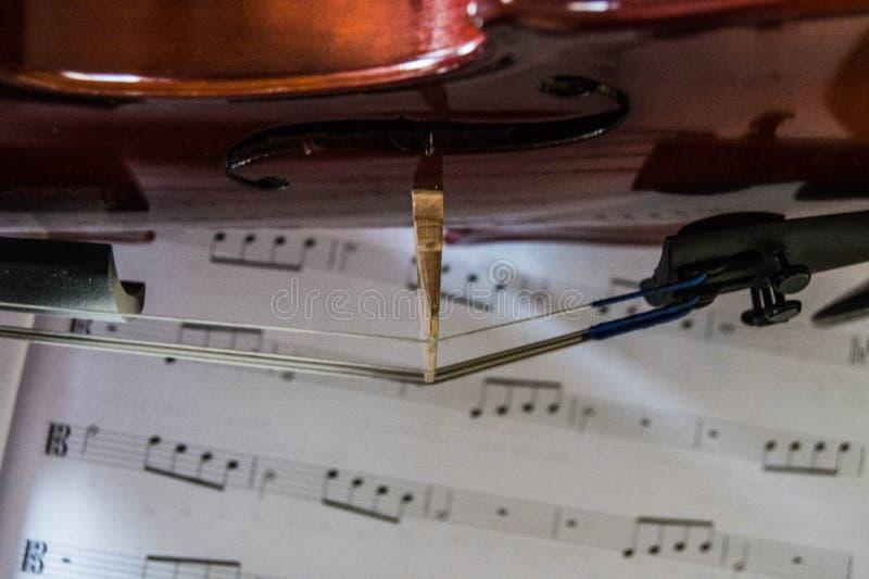 Bruin Viola Orchestra-instrument die op muziekdocument leggen stock afbeelding
