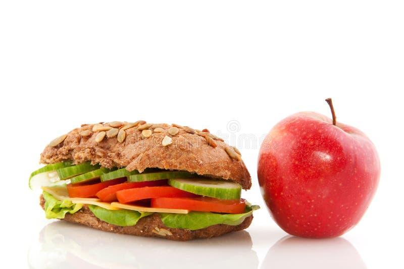 Bruin volkorenbroodbroodje met rode appel royalty-vrije stock afbeelding