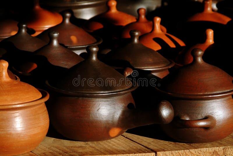 Bruine aardewerkpotten stock fotografie