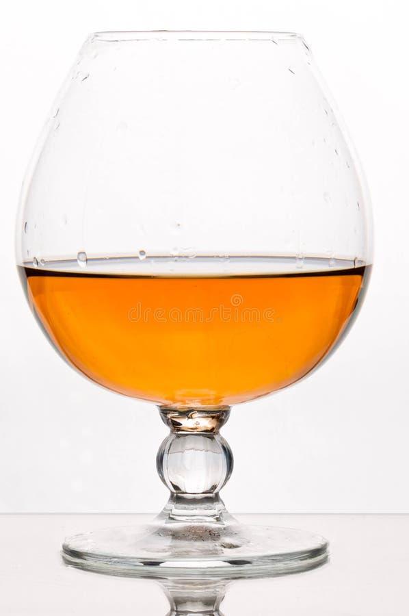 Bruine alcoholdrank in kristalglas stock fotografie