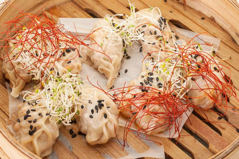 Bruine Aziatische vareniki ligt in een houten plaat royalty-vrije stock foto