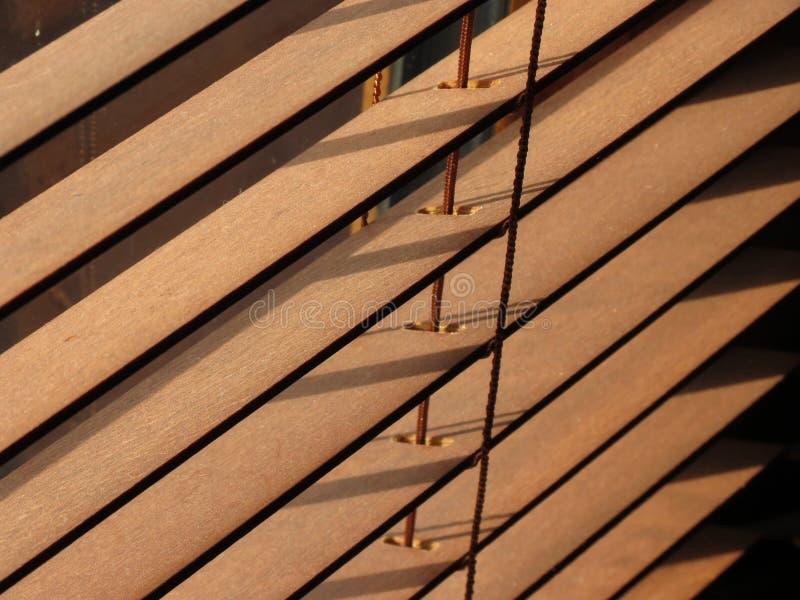 Bruine binnenlandse houten zonneblinden stock foto