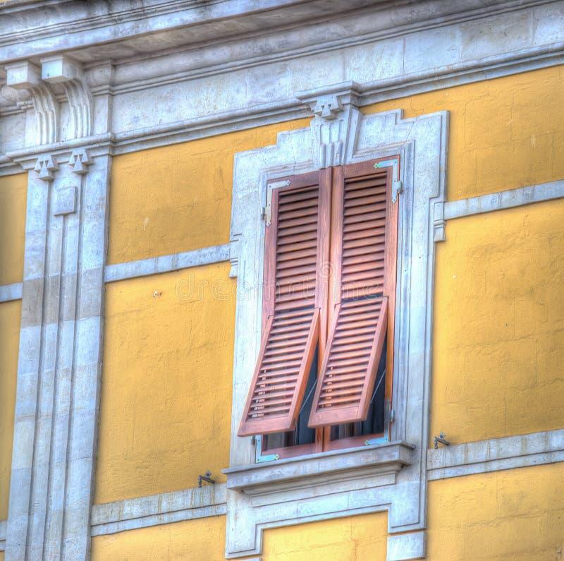 Download Bruine Blinden In Een Gele Muur Stock Afbeelding - Afbeelding bestaande uit facade, europa: 54076937