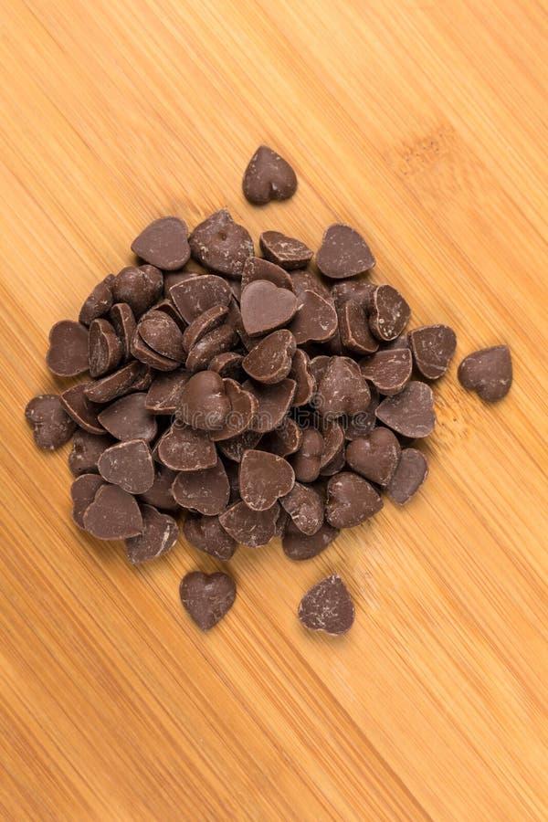 Bruine de spaanderstukken van de suikergoedhart gestalte gegeven melkchocola royalty-vrije stock fotografie