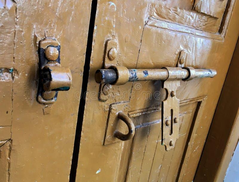 Bruine deurgrendel royalty-vrije stock foto's