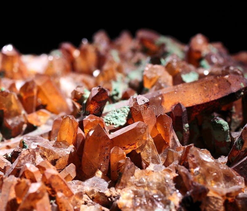 Bruine doorzichtige natuurlijke kristallen met zwarte achtergrond stock afbeeldingen