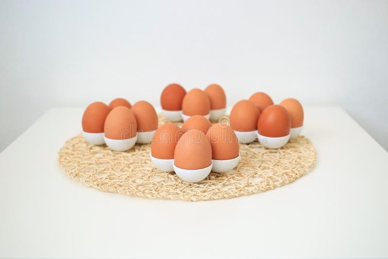 Bruine eieren op een lichte achtergrond stock afbeeldingen