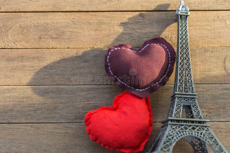 Bruine en rode harthoofdkussens en modeleiffel tower op houten t royalty-vrije stock foto
