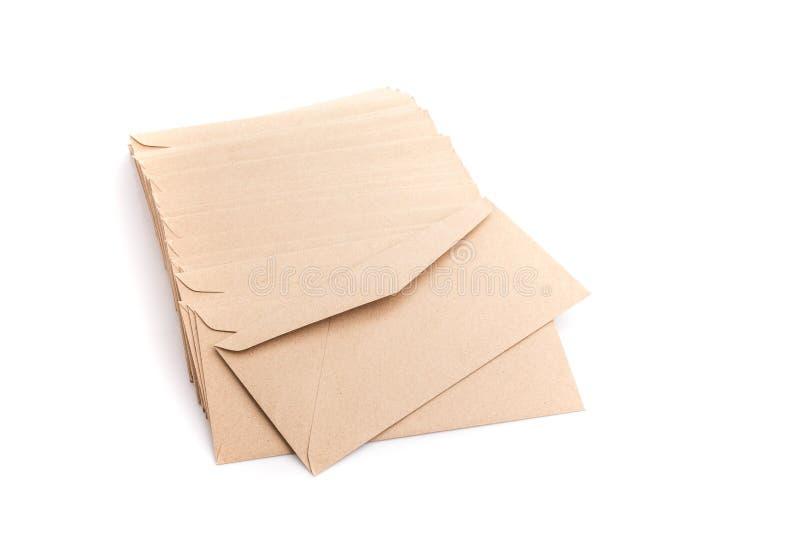 Bruine envelop die op witte achtergrond wordt geïsoleerdo royalty-vrije stock foto