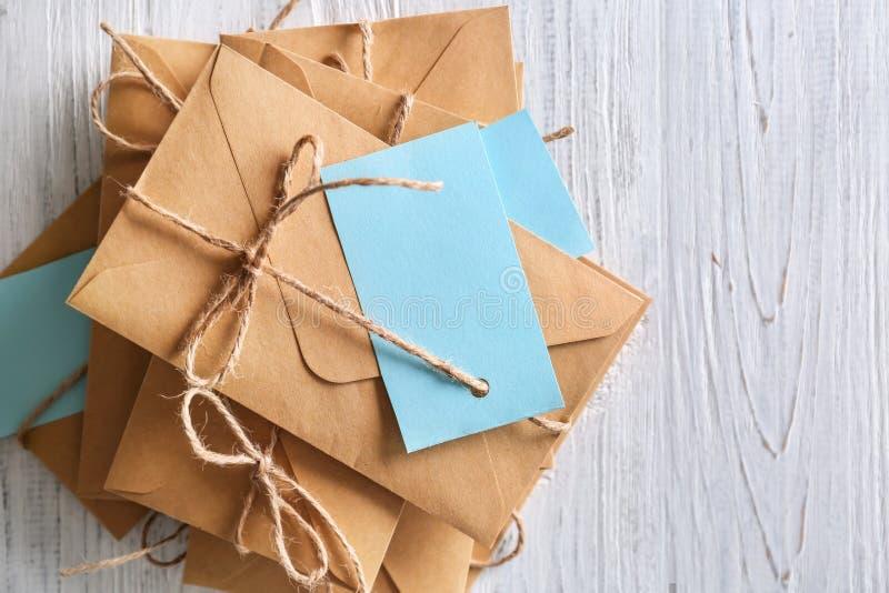 Bruine enveloppen met markeringen op houten achtergrond, hoogste mening De postdienst Dit is dossier van EPS8 formaat stock afbeelding