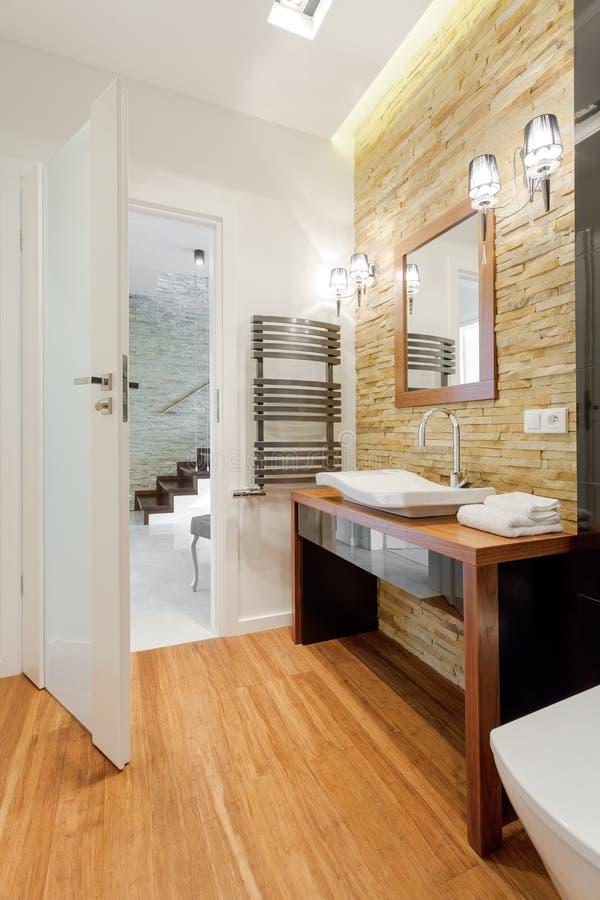 Bruine exclusieve badkamers stock afbeelding