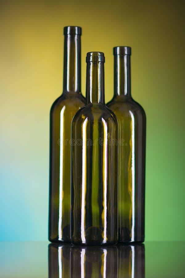 Bruine flessen op een kleurrijke achtergrond royalty-vrije stock foto