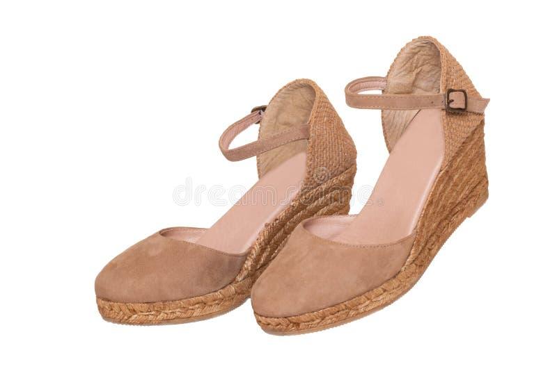 Bruine ge?soleerdeg schoenen Close-up van high-heeled schoenen van een paar de bruine elegante vrouwelijke die leer op een witte  stock afbeelding