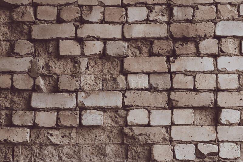 Bruine gebarsten bakstenen muurachtergrond Witte steen grunge textuur Uitstekende bakstenenvoorgevel Lege ruimte Uitstekend oud b stock afbeeldingen