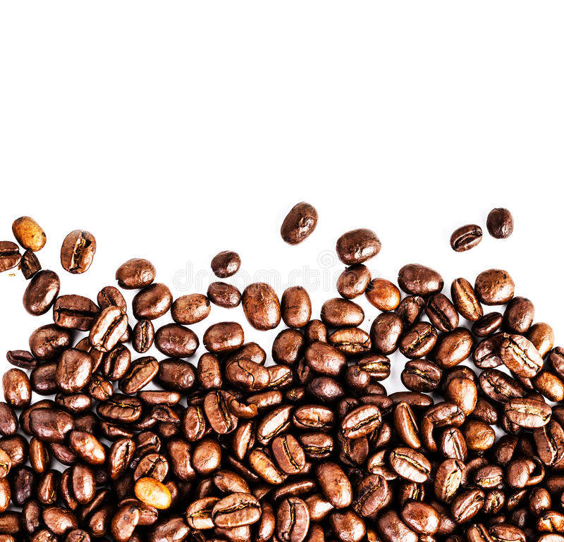 Bruine geroosterde die koffiebonen op witte achtergrond worden geïsoleerd.  Arabisch royalty-vrije stock foto