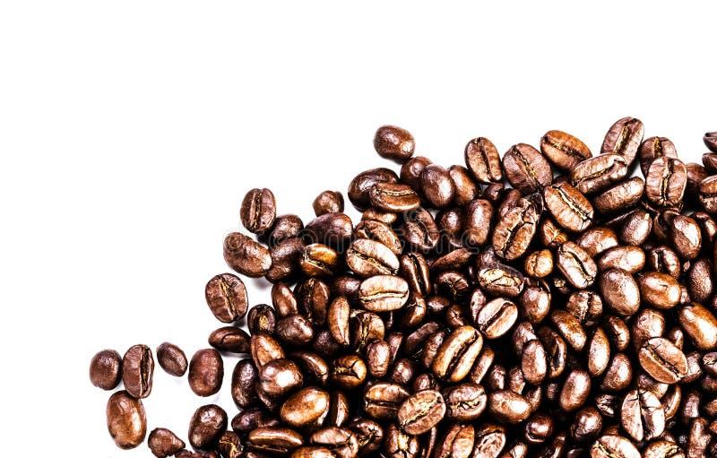 Bruine geroosterde die koffiebonen op witte achtergrond worden geïsoleerd.  Arabisch royalty-vrije stock afbeeldingen
