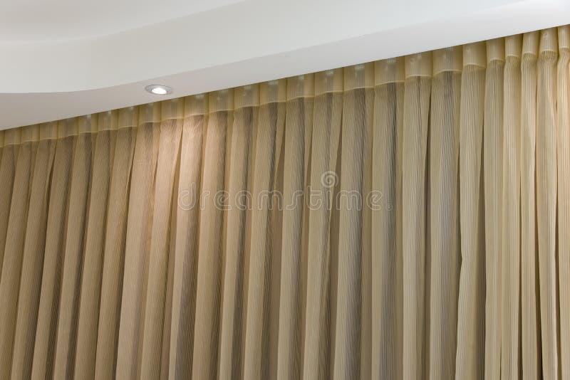 Bruine gordijn achtergrondgordijn Bruine klassieke achtergrond stock foto