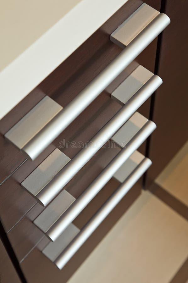 Bruine hardhoutladen met metaalhandvat royalty-vrije stock afbeeldingen