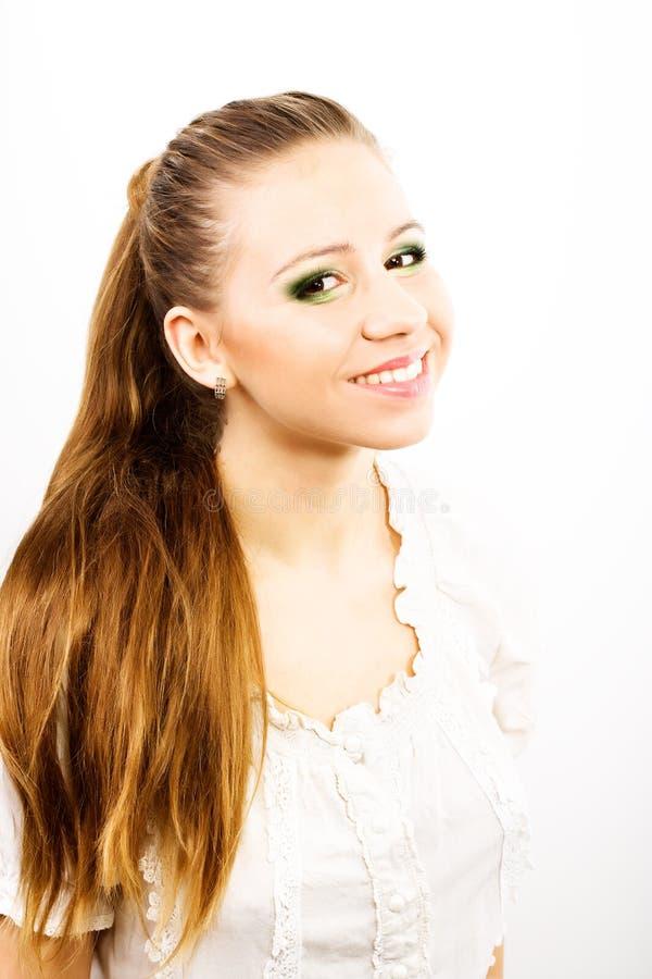 Bruine het haarvrouw van de schoonheid met glimlach op haar gezicht royalty-vrije stock foto