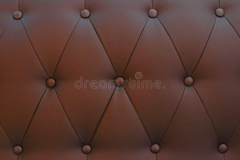 Bruine het leertextuur van de knoopstoffering stock afbeeldingen