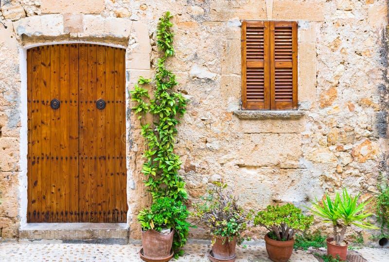 Bruine houten deur en vensterblinden royalty-vrije stock foto's