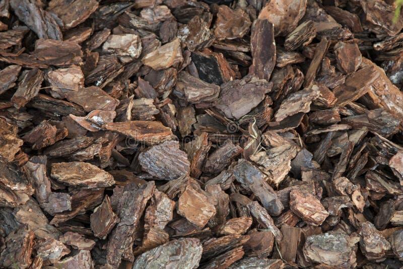 Bruine houten spaanders als achtergrond stock afbeeldingen
