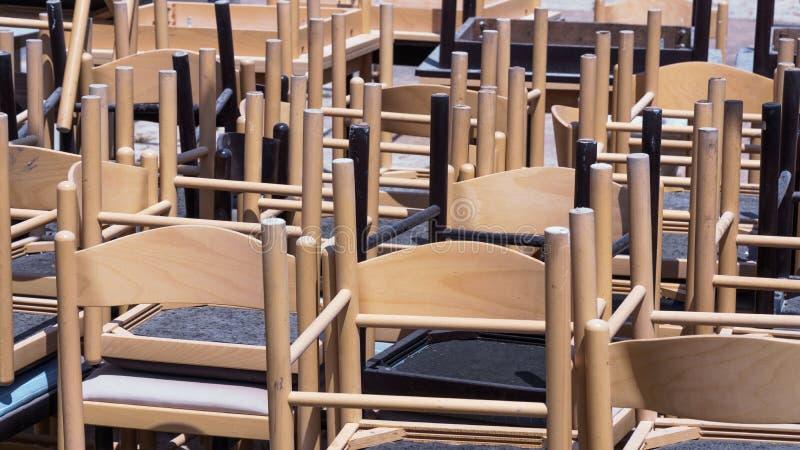 Bruine houten stoelen van een koffie stock afbeeldingen