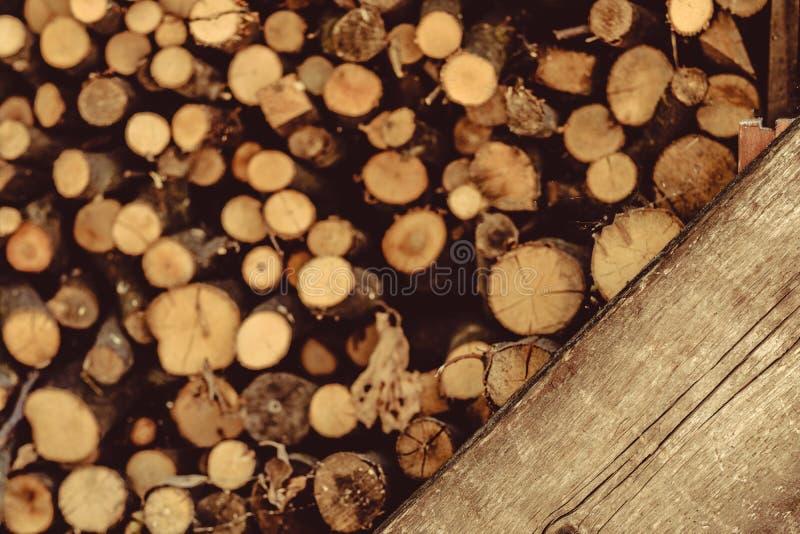 Bruine houtvoorraad om houten logboekenachtergrond royalty-vrije stock fotografie
