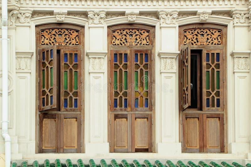 Bruine kleuren houten vensters stock foto