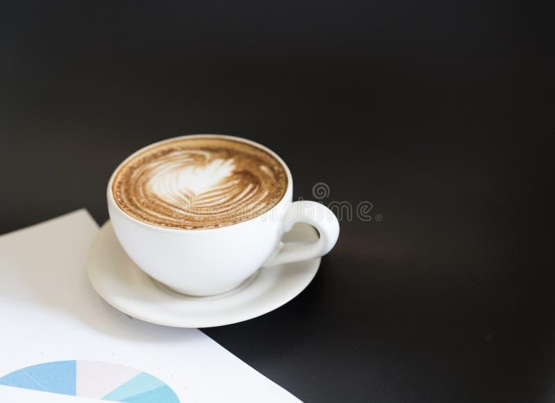Bruine koffie in Werkdag en communicatie vergadering stock fotografie