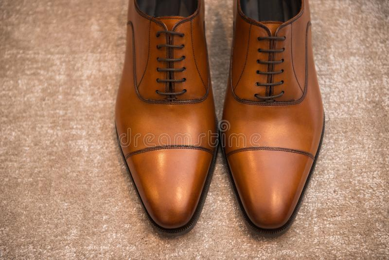 Bruine leer klassieke mannelijke schoenen op de vloer royalty-vrije stock afbeelding