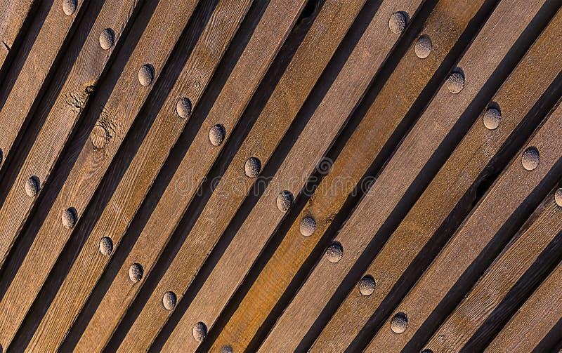 Bruine natuurlijke achtergrond Houten textuur geneigde industriële het perspectief verticale metaalklinknagels van het lijnenpers stock foto