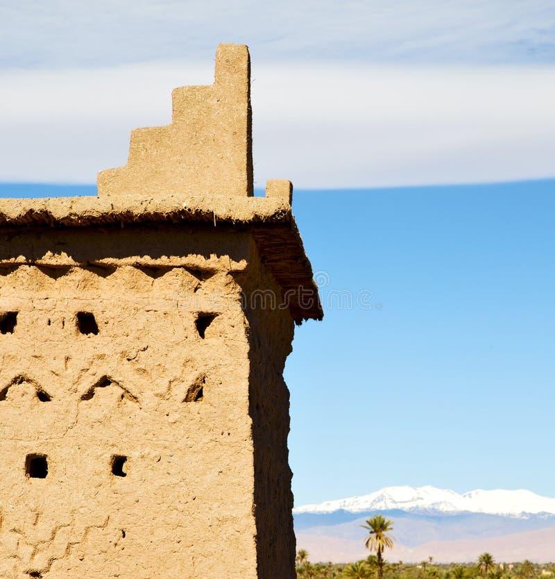 Bruine oude bouw in Afrika Marokko en wolken dichtbij stock afbeelding