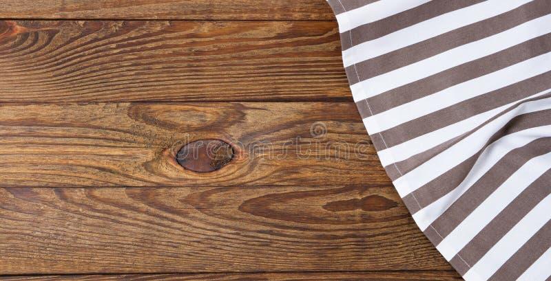 Bruine oude uitstekende houten lijst met ontworpen gestript tafelkleed Thanksgiving day en Cristmas-lijstconcept Hoogste mening e stock afbeelding