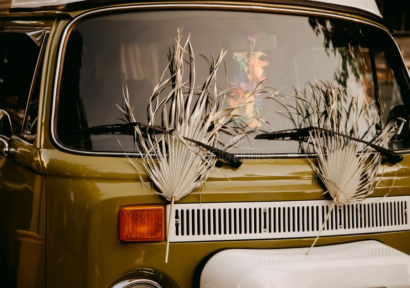 Bruine retro minivan auto royalty-vrije stock afbeeldingen