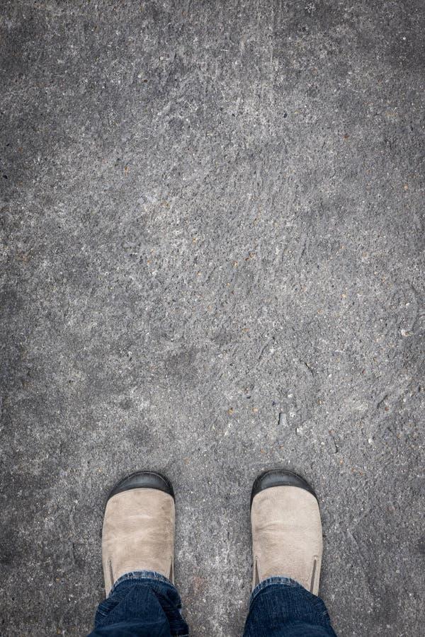 Bruine schoenen op concrete vloer royalty-vrije stock afbeelding