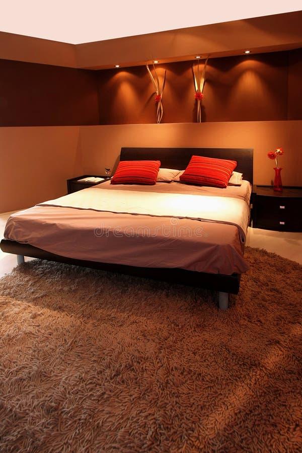 Bruine slaapkamer stock afbeelding. Afbeelding bestaande uit ...