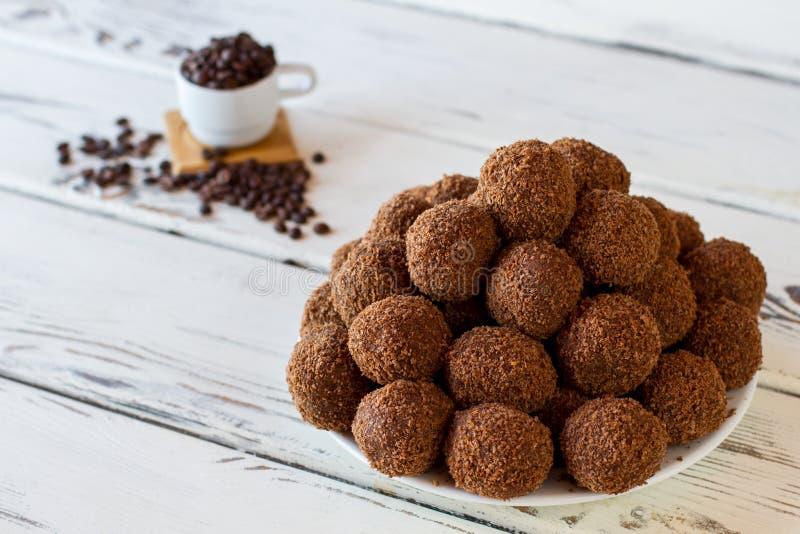 Bruine snoepjes op een plaat royalty-vrije stock foto's