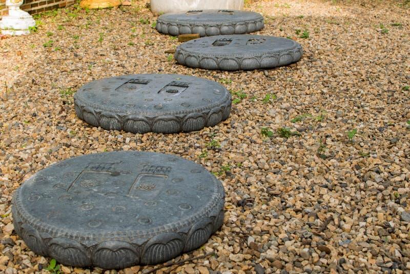 Bruine steenvloer en een cirkel van gestempelde voetafdrukken stock foto
