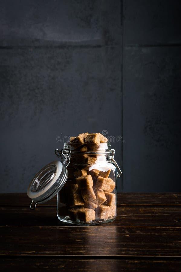 Bruine suiker in glaskruik royalty-vrije stock afbeeldingen