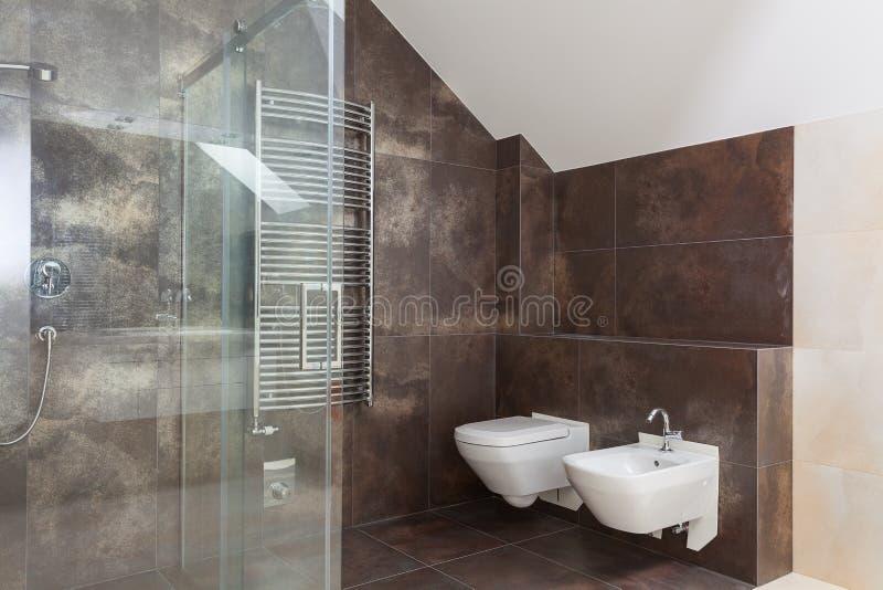 Bruine tegels in moderne badkamers stock foto's