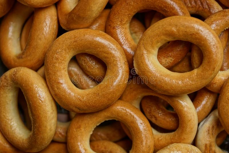 Bruine textuur van kleine ronde ongezuurde broodjes in een hoop royalty-vrije stock foto